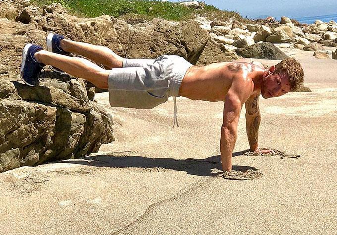 Nam diễn viên Ryan Phillippe đốn tim fan trên Instagram khi khoe ảnh ngực trần trên bãi biển.