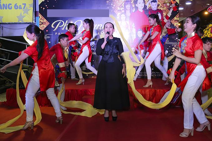 Dịp này, Phi Nhung ra mắt album Hiểu và thương do chị cùng các con nuôi Phú Quí, Hồ Văn Cường, Quỳnh Trang, Thiêng Ngân, Tuyết Nhung thể hiện. Các ca khúc trong album nói về tình cảm gia đình.
