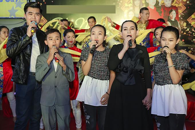 Phi Nhung cùng các con nuôi đã hát nhiều ca khúc để tặng khán giả.