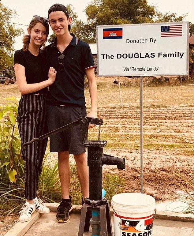 Hai con của Douglas thăm ngôi làng mà bố mẹ từng tài trợ những chiếc máy bơm cho những hộ dân nơi đây. Thật vui khi hôm nay chúng tôi nhìn thấy giếng khoan mà gia đình đã tặng cho một số gia đình ở Campuchia, Catherine chia sẻ trên Instagram.