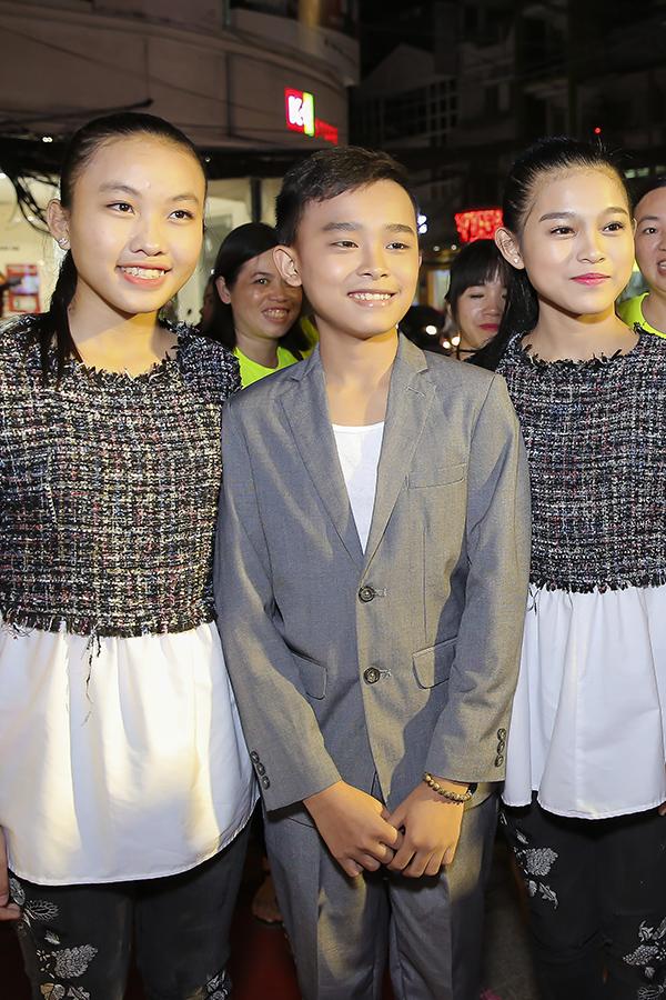 Hồ Văn Cường bên hai chị nuôi Tuyết Nhung (trái) và Thiêng Ngân.