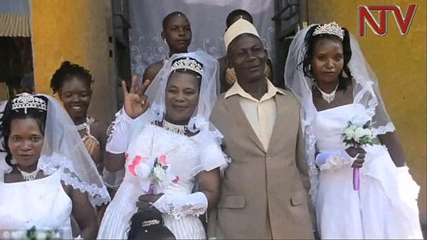 Ssemanda bên ba người vợ của mình.