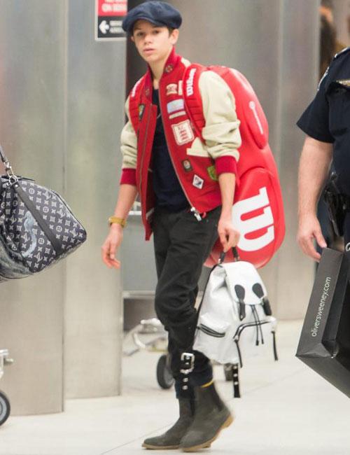 Romeo sành điệu và thời trang, nổi bật với áo khoác và túi đựng đồ tennis màu đỏ.