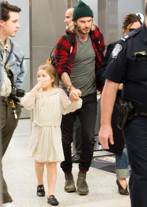 Ông bố điển trai không rời con gái nhỏ một bước. Trong khi bố mẹ và các anh đều mặc áo khoác, cô nhóc Harper lại mong manh với bộ váy mùa hè.