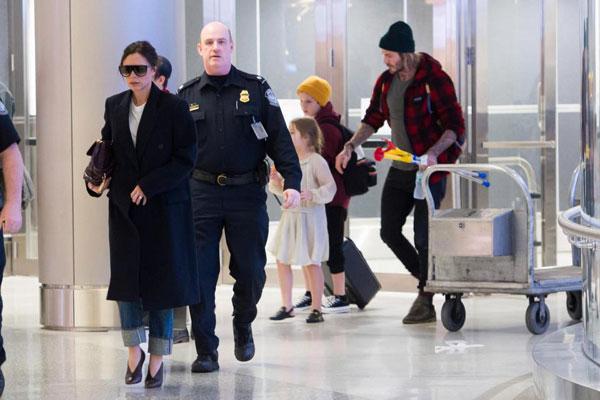 Nhà Becks đặt chân tới sân bay Miami hôm 29/12, bắt đầu kỳ nghỉ lễ đón năm mới trên đất Mỹ