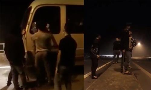 Hơn chục thanh niên cầm dao, kiếm chặn xe xin tiền. Ảnh:Cắt từ video.