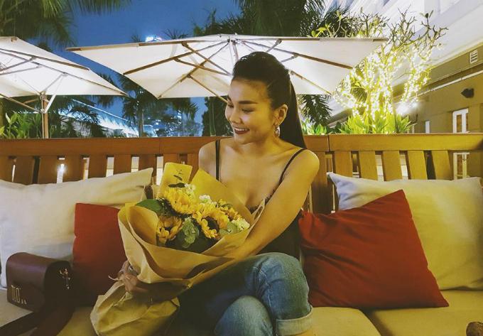 Thanh Hằng thích thú với bó hoa mới được tặng. Cô mặc chiếc váy 2 dây xẻ sâu, khoe thân hình lý tưởng.
