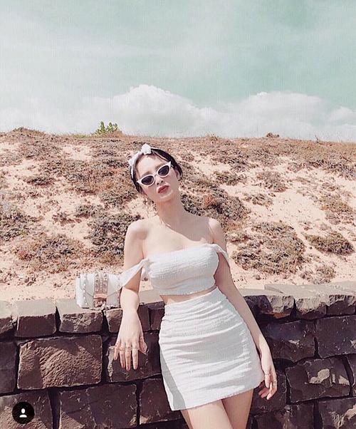 Angela Phương Trinh khoe bờ vai thon nuột nà, làn da trắng sứ.