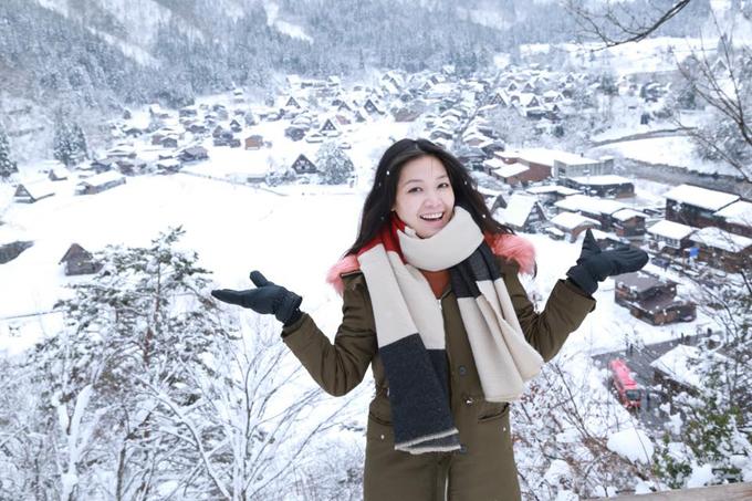 Hoa hậu Thuỳ Dung tận hưởng khung cảnh tuyết trắng xoá ở ngôi làng cổ Nhật Bản.