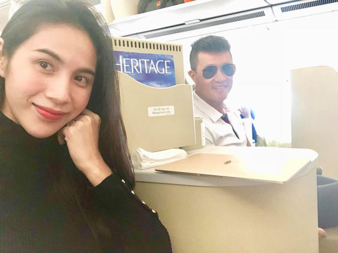Vợ chồng Thuỷ Tiên khoe ảnh trên chuyến bay chiều cuối năm.