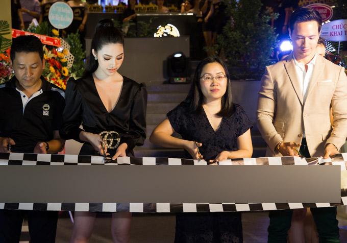 Jolie Nguyễn và Kim Lý được mời cắt băng khai trương nhà hàng mới.