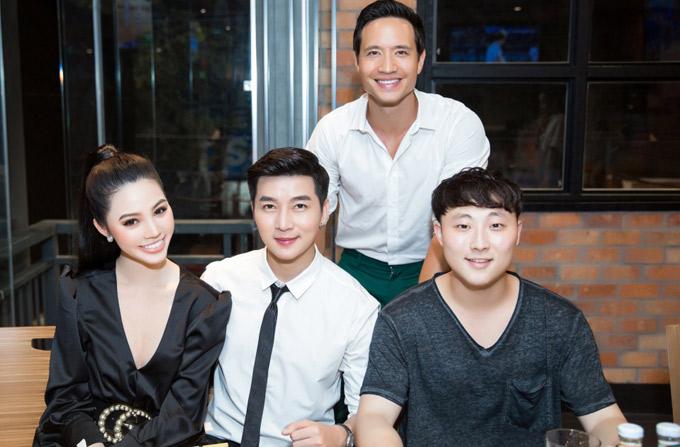 MC Nam Hee (đeo cà vạt) chụp ảnh cùng hai nghệ sĩ và một người bạn.