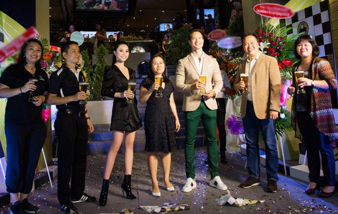 Từ nước ngoài về Việt Nam lập nghiệp, cả Kim Lý và Jolie nhanh chóng hòa nhập với môi trường showbiz và khá đắt show đi sự kiện.