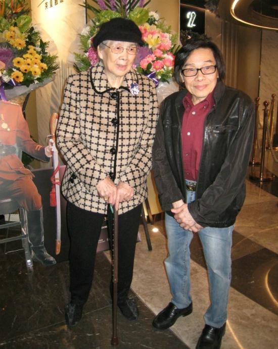 Bà Đàm Mỹ Kim, mẹ Mai Diễm Phương đến lễ tưởng niệm con.