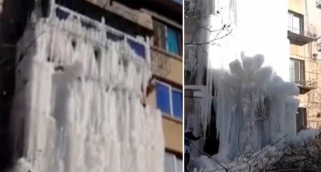 Mặt tiền của tòa nhà phủ trong lớp băng trắng xóa, dày cộp.