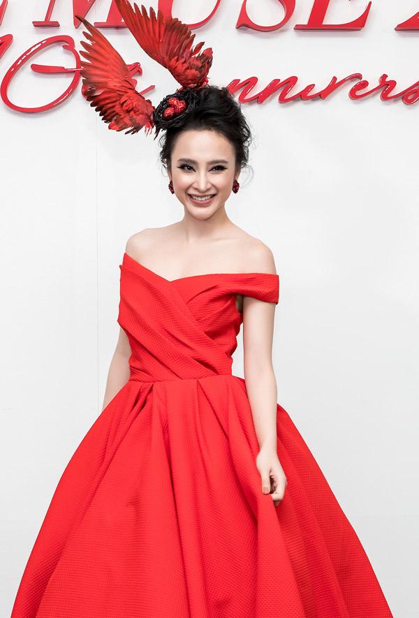 Angela Phương Trinh ấn tượng với phụ kiện tổ chim trên đầu,dự đêm thời trang tối 30/12.
