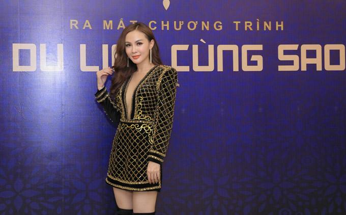 Kelly Nguyễn gợi cảm với váy xẻ cổ sâu tới eo khi đi sự kiện. Cô mới được trao giải Người mẫu xuất sắc ở Hàn Quốc.
