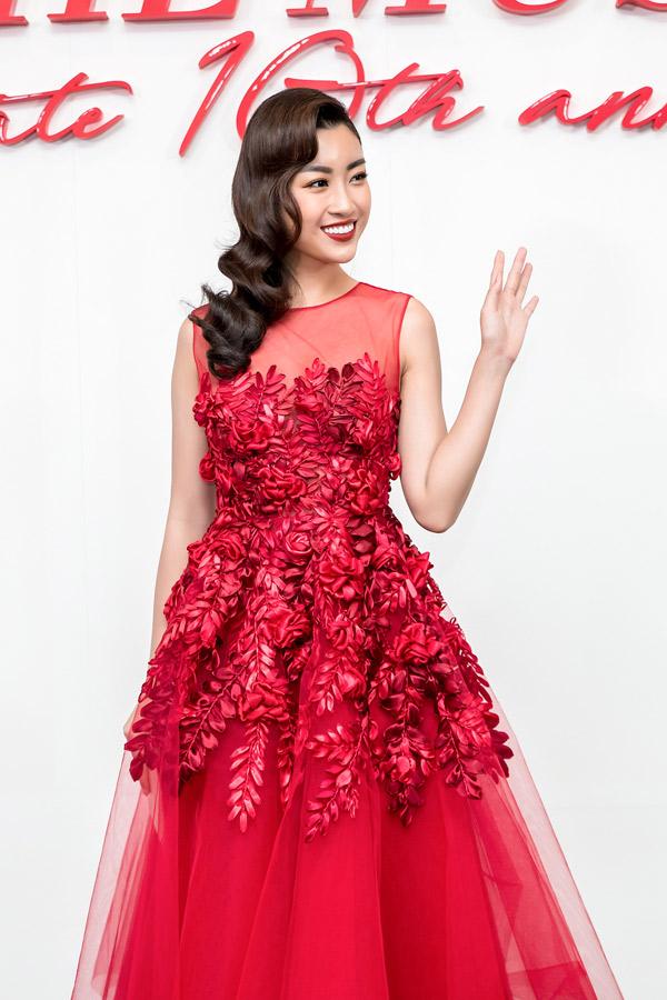 Hoa hậu Đỗ Mỹ Linh rực rỡ khi diện váy đính họa tiết hoa, lá nổi tinh tế.