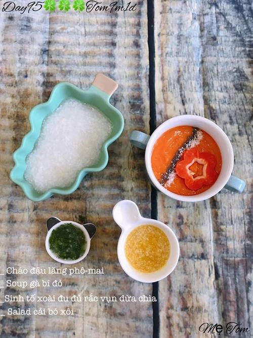 Món súp bí đỏ là bí quyết giúp con thích ăn rau củ của chị Thu Thảo.Chị rây nhuyễn bí đỏ nấu cùng nước hầm gà, lòng đỏ trứng và bột bắp để được tô súpthơm ngon cho bé Tom.