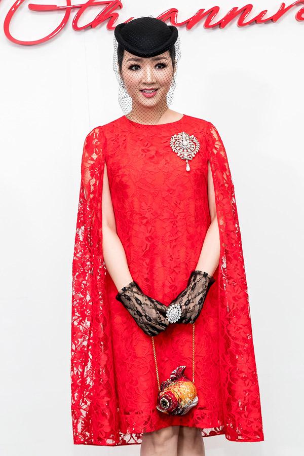 Hoa hậu Giáng My xuất hiện với hình ảnh cổ điển pha chút bí ẩn.