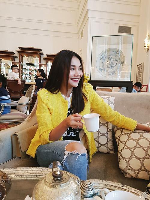 Thanh Hằng diện áo khoác vàng nổi bật với quần jeans rách cá tính.