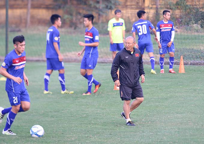HLV Park Hang Seo cùng các học trò tích cực tập luyện chuẩn bị cho vòng chung kết U23 châu Á. Ảnh: Văn Đương.