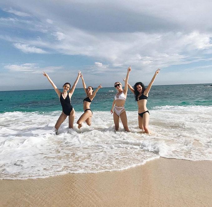 Selena Gomez vui đùa trên bãi biển nhiệt đới ở Mexico.