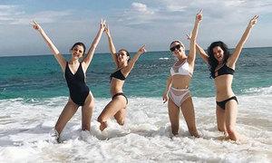 Selena Gomez đón năm mới trên bãi biển Mexico cùng bạn bè
