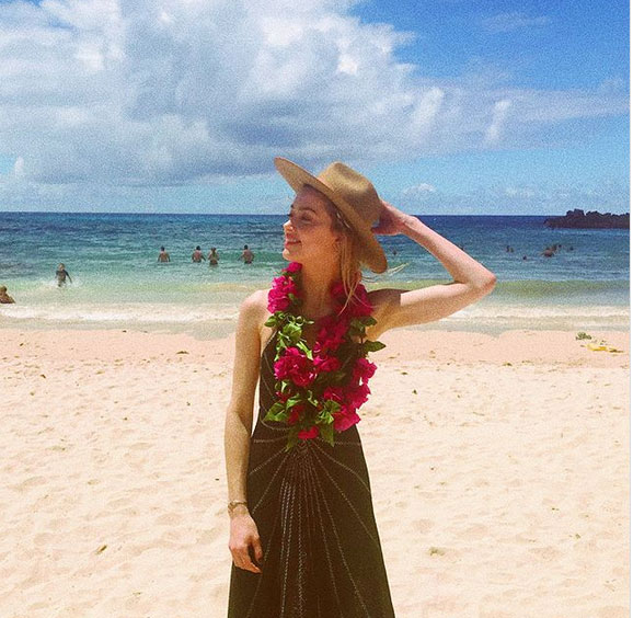 Amber Heard rạng rỡ trên bãi biển.