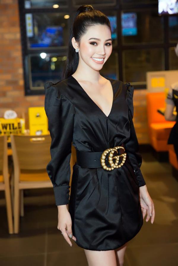 Jolie Nguyễn giúp mình trở nên xinh xắn hơn với thiét kế váy liền thân đi cùng dây dưng to bản của thương hiệu Gucci.