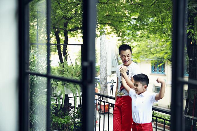 Lương Mạnh Hải đưa con trai xuống phố đón năm mới - 9
