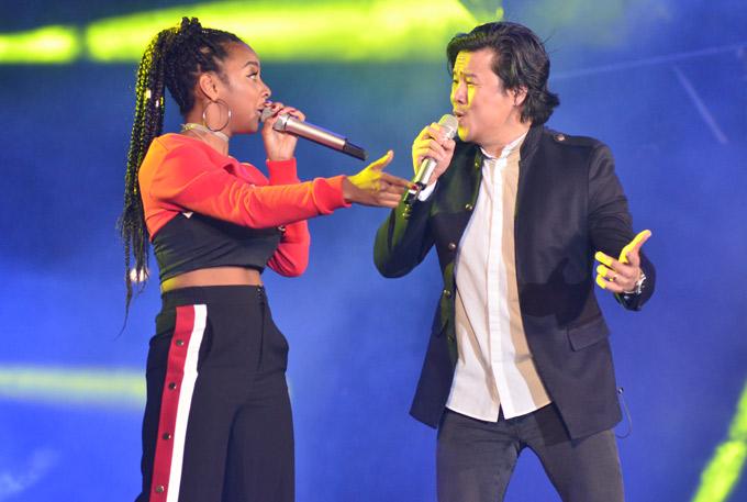 Ca sĩ da màu Jessica Reynoso cũng so giọng cùng cựu giám khảo Vietnam Idol.