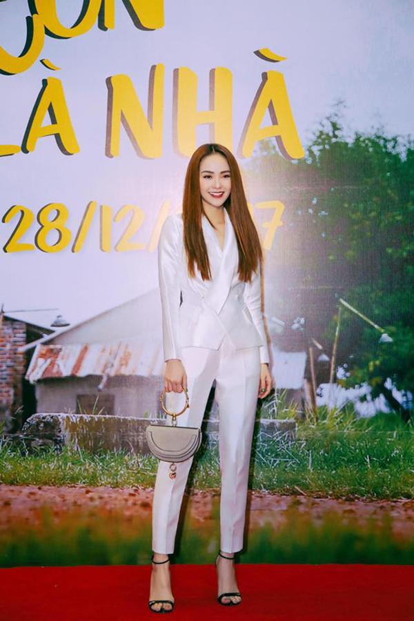 Ca sĩ Minh Hằng khoe vẻ đẹp thanh lịch khi diện mốt suit được nhiều sao Việt yêu thích ở mùa thời trang 2017/2018.
