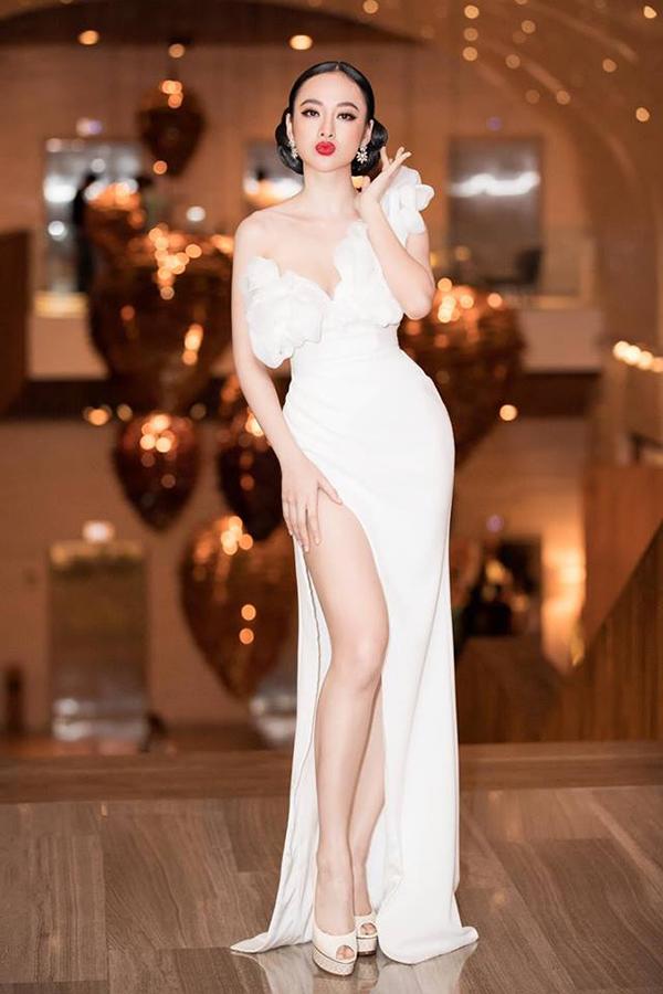Angela Phương Trinh dẫn đầu danh sách sao mặc đẹp tuần qua với bộ váy dạ hội khaithác triệt để đường cong gợi cảm của người mặc.