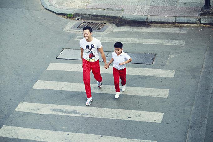 Lương Mạnh Hải đưa con trai xuống phố đón năm mới - 1