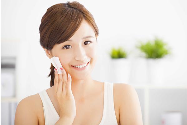 Luôn làm sạch da trước khi đi ngủ. Tẩy da chết đều đặn mỗi tuần để thúc đẩy quá trình tái tạo da.