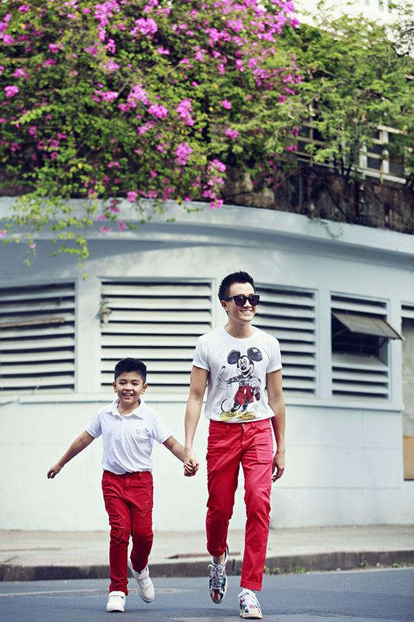 Lương Mạnh Hải đưa con trai xuống phố đón năm mới - 2