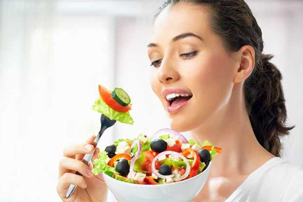 Ăn nhiều rau củ quả ngay cả khi không có kế hoạch giảm cân vì rau củ, hoa quả giàu vitamin, rất tốt cho làn da và sức khoẻ.