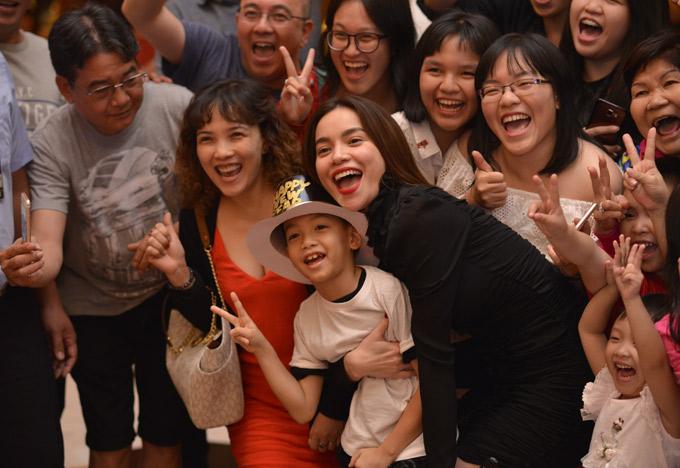 Mẹ con Hồ Ngọc Hà vui vẻ chụp ảnh kỷ niệm cùng khán giả trong ngày cuối cùng của năm 2017.