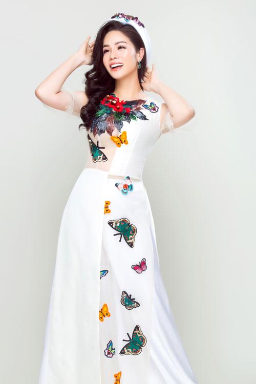 Áo dài thêu họa tiết cánh bướm mùa xuân lãng mạn, dịu dàng.