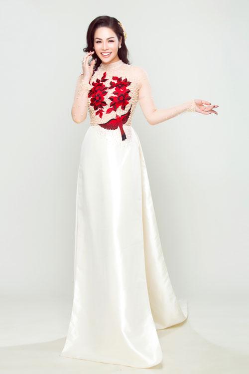 Cô dâu trẻ, hiện đại có thể lựa chọn mẫu áo dài cách tân với phần thân trên mang nhiều nét tương đồng với váy cưới. Chất liệu vải lưới co giãn đem lại sự thoải mái và họa tiết thêu nổi kết hợp với đính kết ngọc trai tôn sự sang trọng.