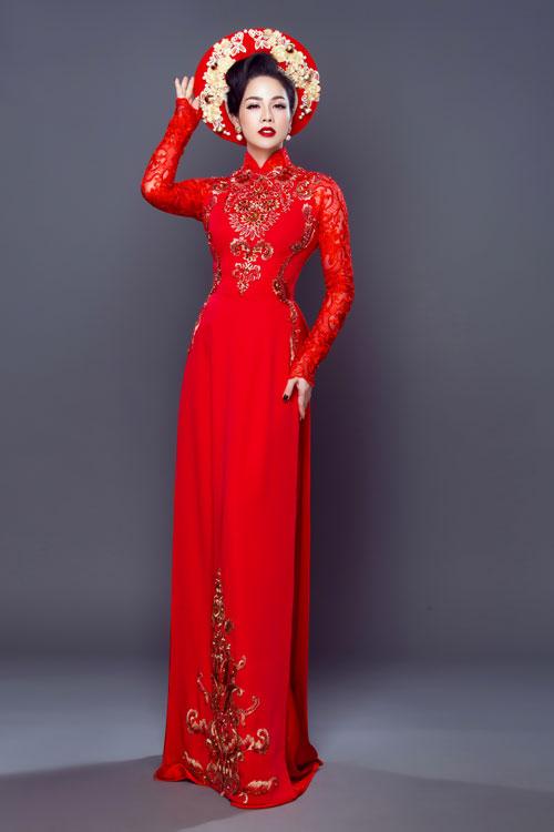 Mẫu áo được giới thiệu cùng mấn đính ren bông cầu kỳ.
