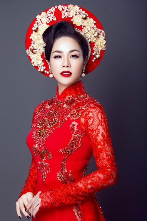 Vẫn là mẫu áo dài đỏ thêu, kết hạt nhưng với cách pha màu chỉ vàng ánh kim, cô dâu trở nên sang trọng và nổi bật.