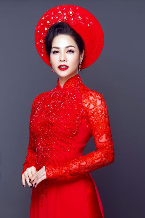 Áo dài đỏ thêu ren nổi, đính hạt cườm được dự đoán vẫn nhận được sự ưu ái từ các nàng dâu trong mùa cưới xuân hè này.