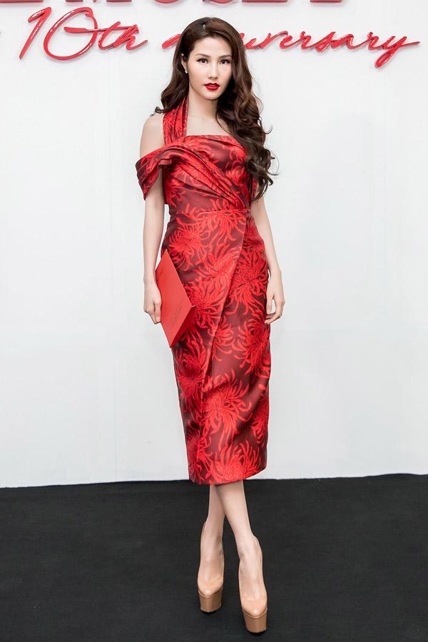 Cùng sử dụng váy đỏ khi tham gia chương trình thời trang kỷ niệm 10 năm của Đỗ Mạnh Cường, nhưng Diễm My 9x khéo léo chọn váy in hoa cúc sang trọng để chưng diện.