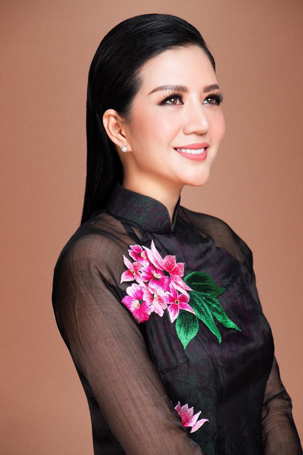 Đinh Hiền Anh từng được khán giả thủ đô biết tới với biệt danh Nữ hoàng phòng trà. 10 năm nay cô vắng bóng trên sân khấu.