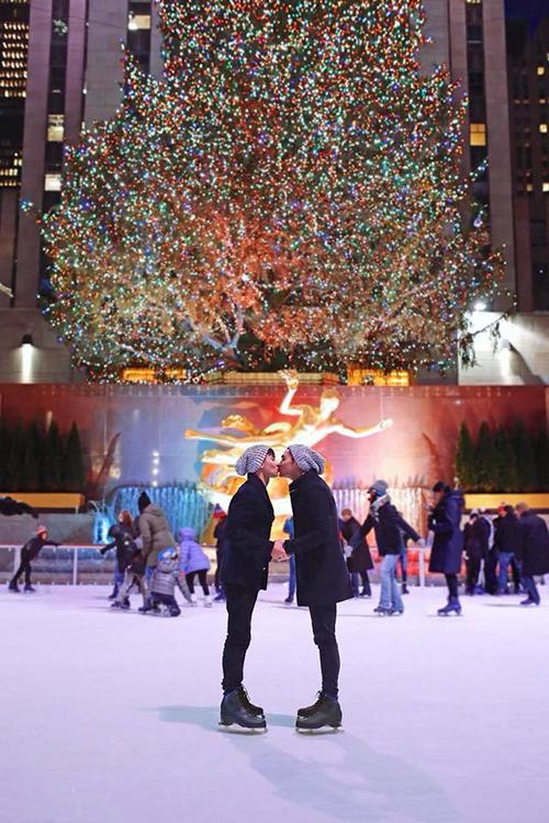 Hồ Vĩnh Khoa và bạn trai trao nhau nụ hôn ở quảng trường Rockefeller Center, thoả mơ ước bấy lâu.