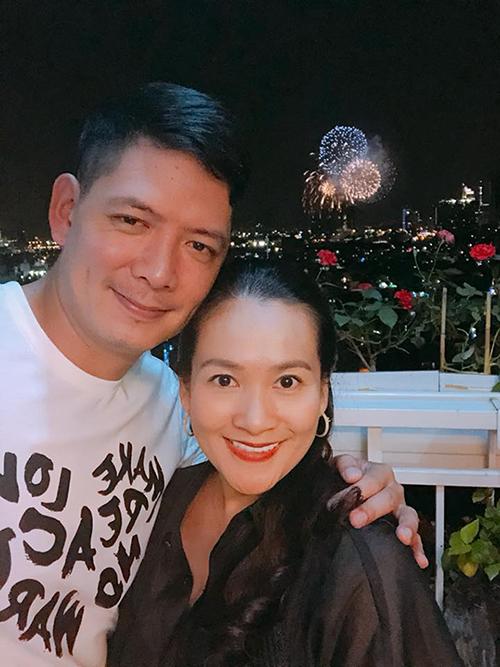Bình Minh và bà xã cùng ngắm pháo hoa chào đón năm mới.