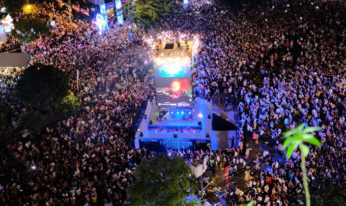 Khoảng 50 nghìn khán giả phủ kín phố đi bộ Nguyễn Huệ để xem các màn trình diễn từ cổ điển tới hiện đại của dàn nghệ sĩ.