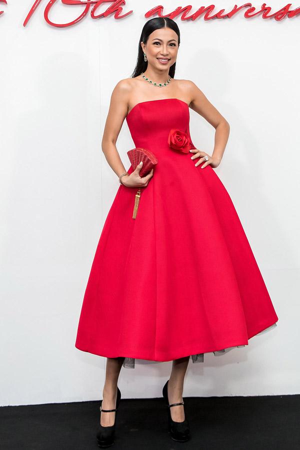 Góp mặt trên thảm đỏ show diễn The Muse 2của Đỗ Mạnh Cường, người đẹp Ngô Mỹ Uyên ghi dấu ấn với thiết kế váy cúp ngực, tùng xoè kiểu cách theo style cổ điển.